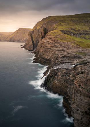Küste, Wasserfall und Klippen bei Trælanípa, Färöer Inseln