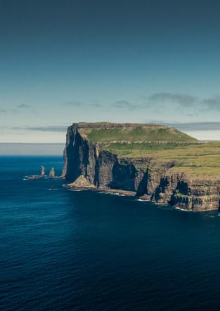 Panorama der Felsen Risin og Kellingin mit Insel Eysturoy