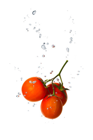 Tomaten im Wasser mit Luftblasen
