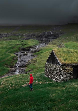 Hütten mit Grasdach im Dorf Saksun