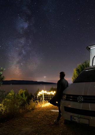 Camping unter der Milchstraße am Meer