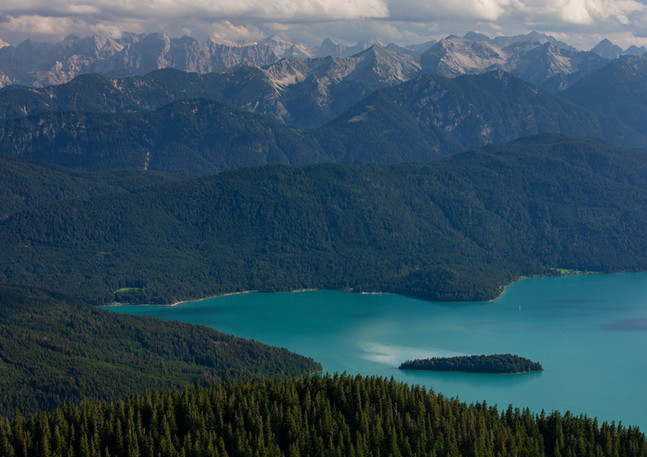 Türkisfarbener Walchensee mit Insel Sassau