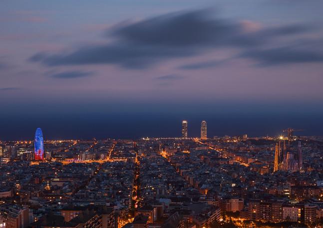 Leuchtende Skyline von Barcelona bei Nacht