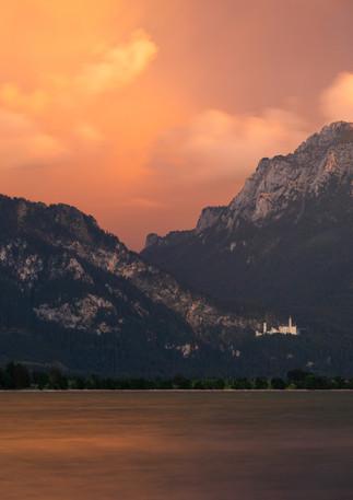 Schloss Neuschwanstein am Forggensee im Sonnenuntergang