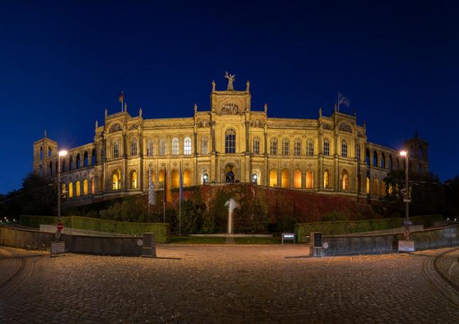 Beleuchtetes Maximilianeum in München bei Nacht