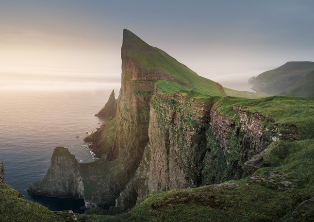 Klippen von Mylingur auf Färöer Inseln im Sonnenuntergang