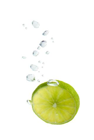 Limette im Wasser mit Luftblasen