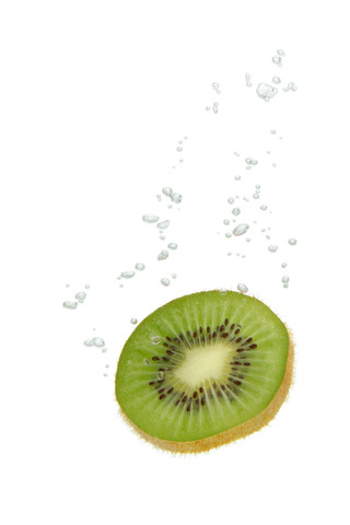 Kiwi im Wasser mit Luftblasen