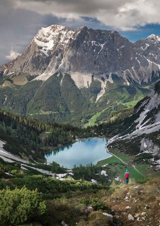 Wanderer am Seebensee mit Zugspitze