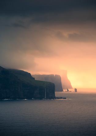Sonnenuntergang an Küste der Färöer Inseln