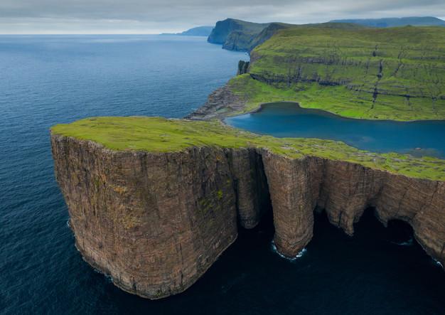 Klippen bei Trælanípa auf Vagar, Färöer Inseln