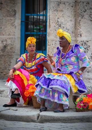 Kubanische Ladies in bunten Kleidern