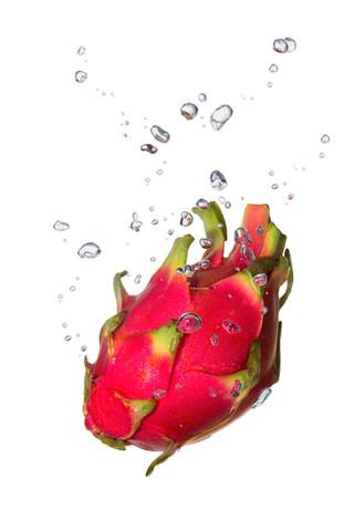 Drachenfrucht im Wasser mit Luftblasen