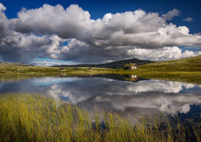 Norwegische Hütten mit Bergsee