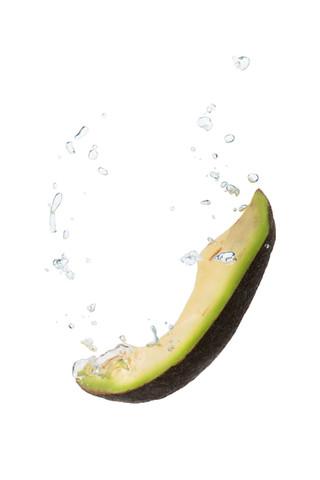 Avocado im Wasser mit Luftblasen