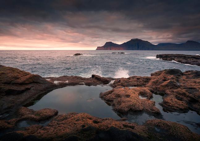Wasserpools am Meer bei Gjogv im Sonnenuntergang