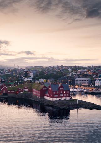 Tórshavn mit Regierungsviertel Tinganes im Sonnenuntergang