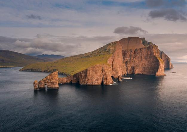 Felsformationen von Drangarnier und Insel Vagar im Sonnenuntergang