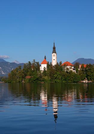 Bleder See mit blauem Himmel und Spiegelung