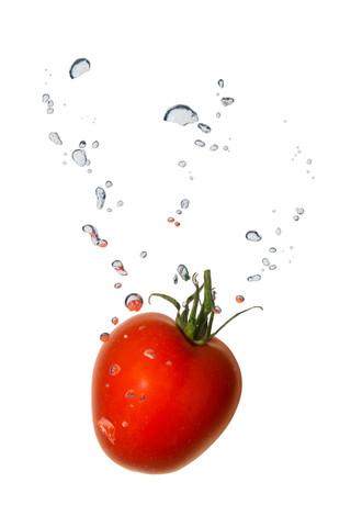 Tomate im Wasser mit Luftblasen
