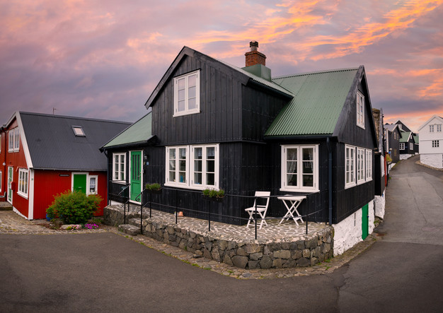 Häuser in der Altstadt von Tórshavn im Sonnenuntergang