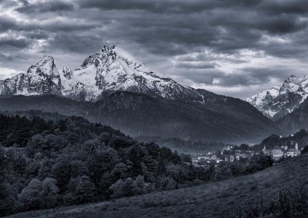 Panorama des verschneiten Gipfels des Watzmann und Berchtesgaden