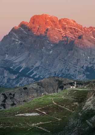 Kapelle mit Alpenglühen, Dolomiten
