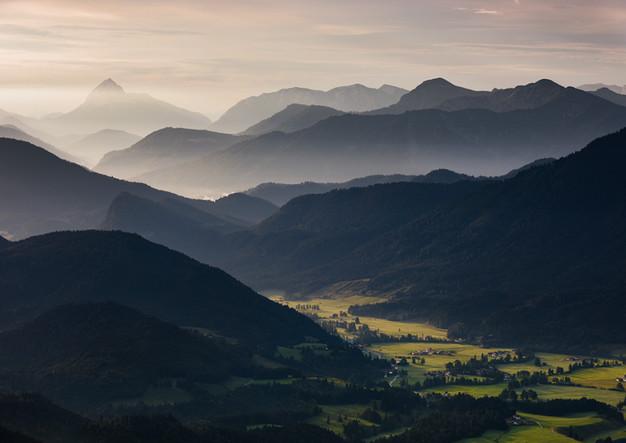 Berg Silhouetten Jachenau am Walchensee mit Morgennebel