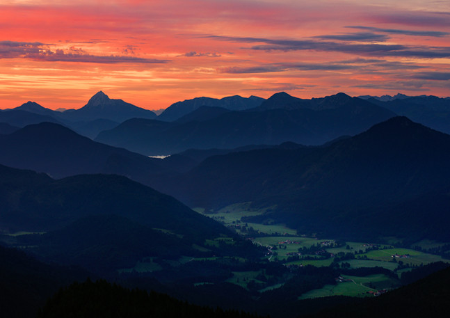 Berg Silhouetten mit Jachenau im Sonnenaufgang