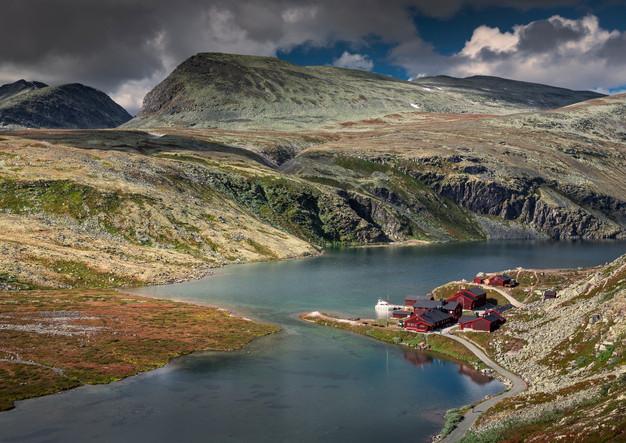 Hütte Rondvassbu am See im Rondane Nationalpark