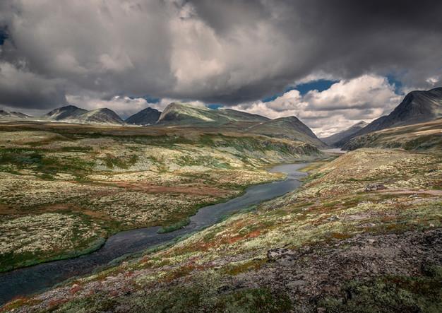 Fluss mit Bergkette im Rondane Nationalpark