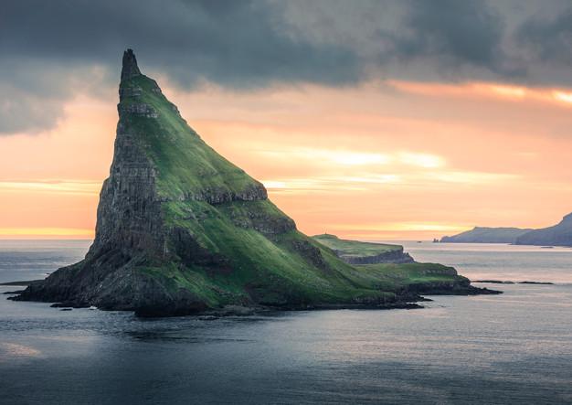 Insel Tindholmur im Sonnenuntergang, Färöer Inseln