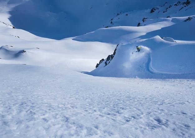 Snowboarder bei Tiefschneeabfahrt