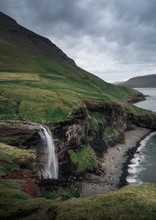 Wasserfall und Küste von Vagar