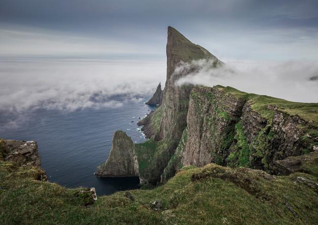 Wolken über den Klippen von Mylingur, Färöer Inseln