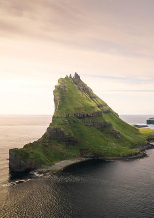 Insel Tindholmur und Mykines bei Sonnenuntergang