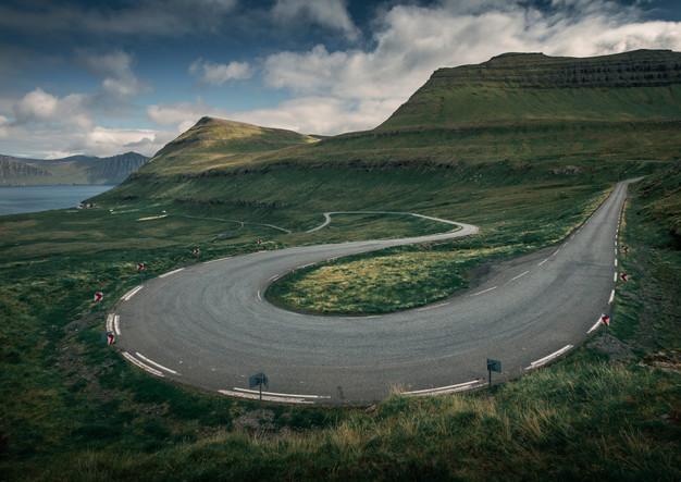 Straßenkurve auf Eysturoy, Färöer Inseln