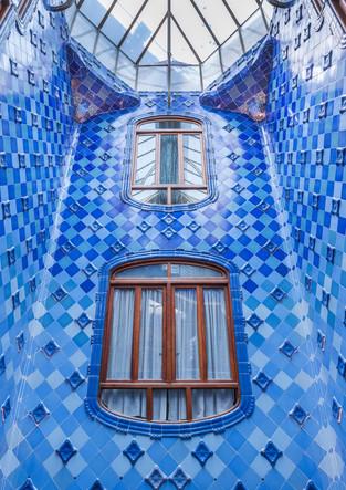 Blauer Lichtschacht im Casa Battlo