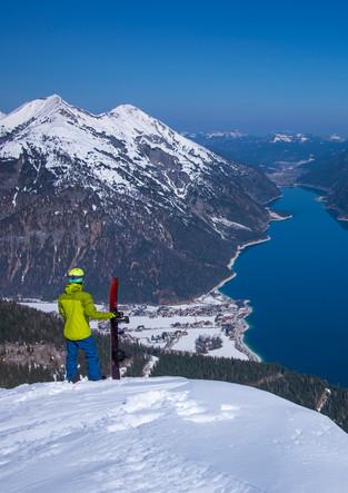 Blick auf Achensee im Winter mit Snowboard