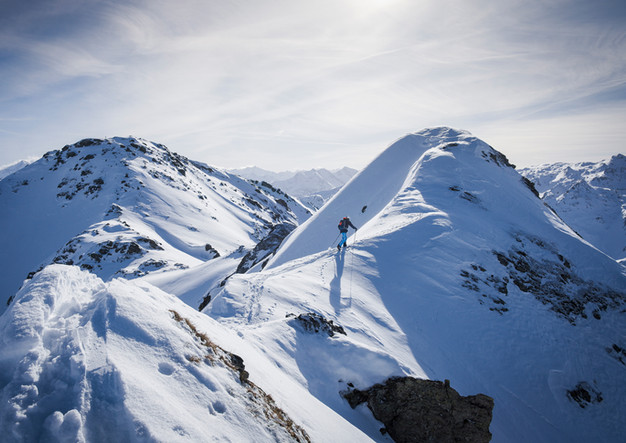 Skitourengeher auf Grat im Zillertal
