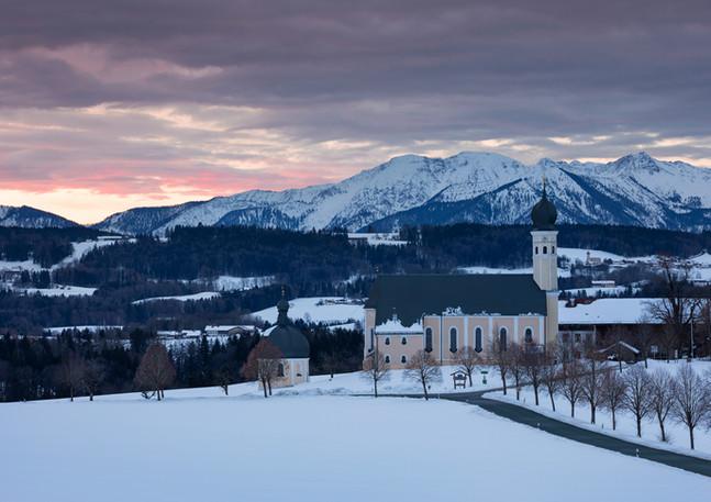 Wallfahrtskirche Wilparting im Winter im Sonnenaufgang