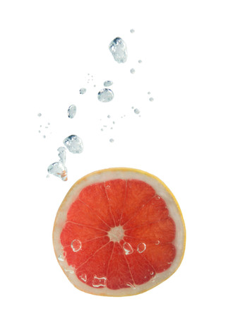Grapefruit im Wasser mit Luftblasen