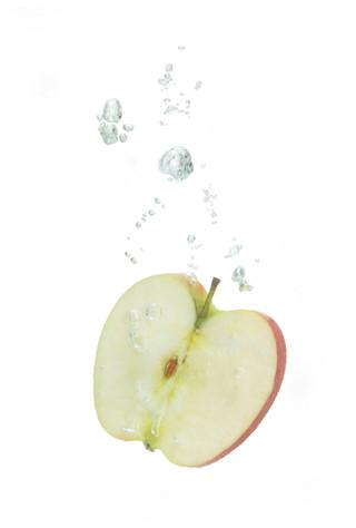 Apfel im Wasser mit Luftblasen
