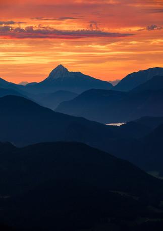 Berg Silhouetten der Bayerischen Voralpen im Sonnenaufgang