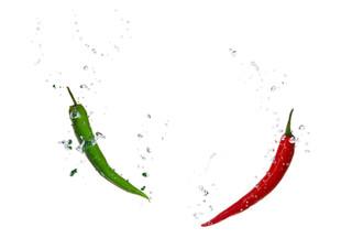 Grüne und rote Chili Schote im Wasser mit Luftblasen