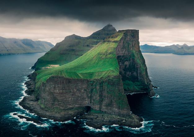 Panorama der Klippen der Insel Kalsoy
