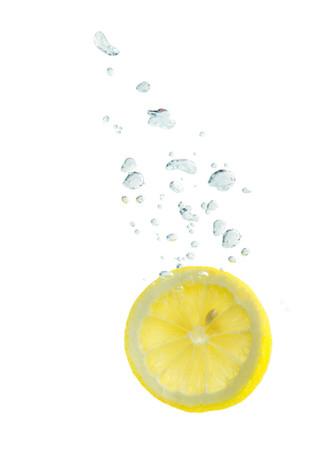 Zitrone im Wasser mit Luftblasen