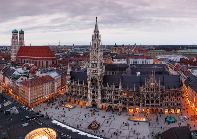 Münchner Marienplatz mit Rathaus und Frauenkirche