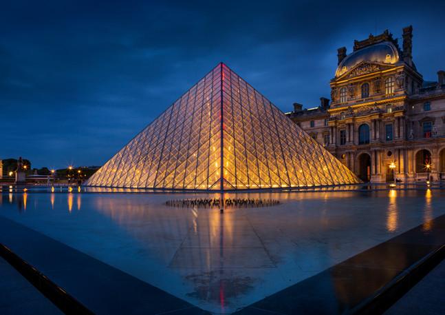Louvre in Paris beleuchtet bei Nacht