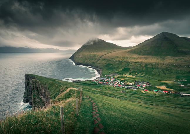 Dorf Gjogv auf Eysturoy mit Schlucht, Meer, Klippen und Bergen